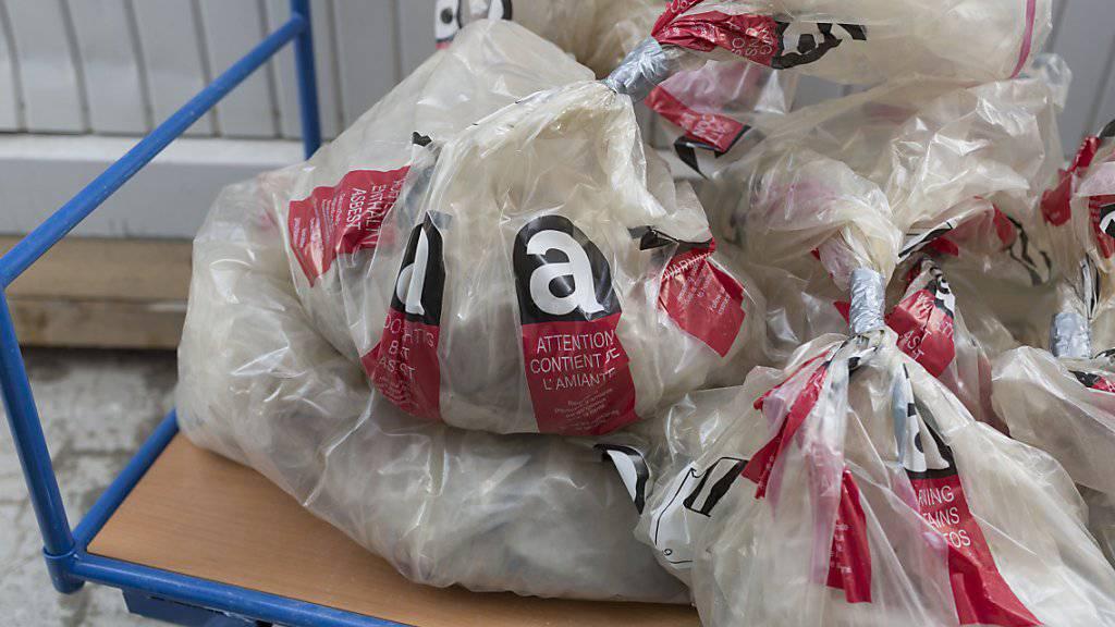 Asbestschutt in Säcken: die hochgiftige Wunderfaser wurde auf dem Bau und in der Industrie jahrzehntelang verwendet. Noch heute sterben Menschen, die damals die Fasern eingeatmet haben. Ein Fonds entschädigt Betroffene und ihre Hinterbliebenen finanziell. (Archivbild)
