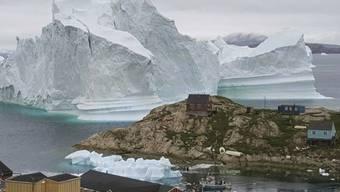 Der riesige Eisberg vor Innarsuit könnte kalben und die Flutwelle das Dorf mitreissen.