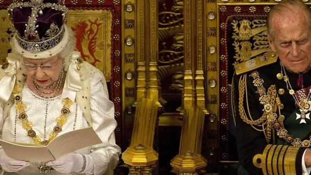 Die Queen mit Gatte Prinz Philip beim Verlesen ihrer Rede