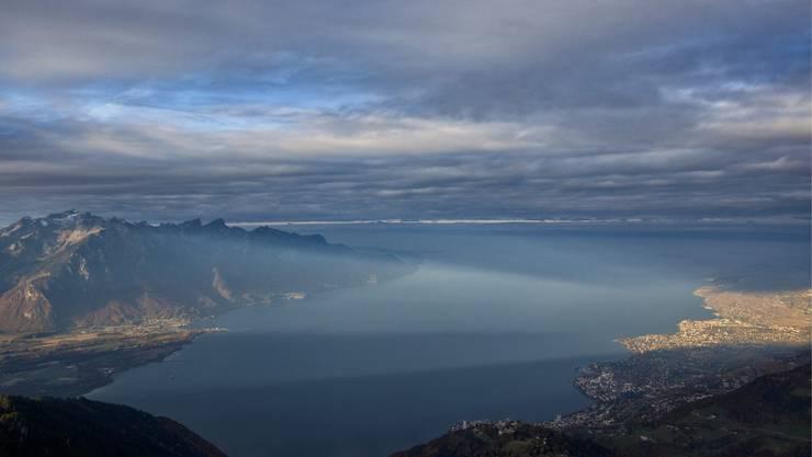 Der Genfersee bewahrt in seinen Tiefen viele dunkle Geheimnisse, im Bild ein Blick vom Aussichtspunkt Rochers de Naye oberhalb von Montreux.