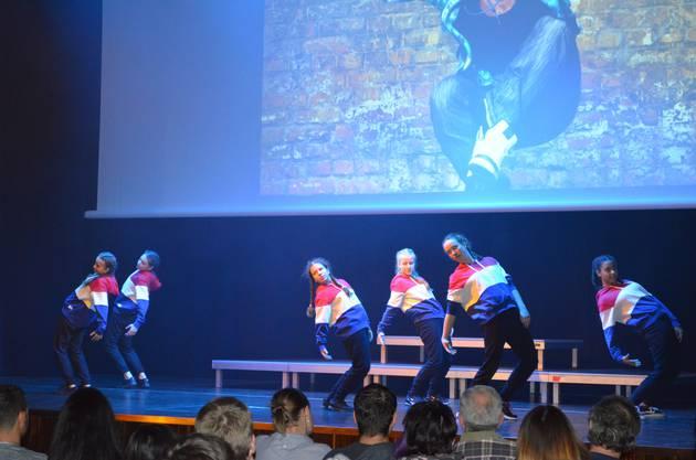 Auftritt im Hip-Hop-Style mit farbigem Kapuzenpulli.