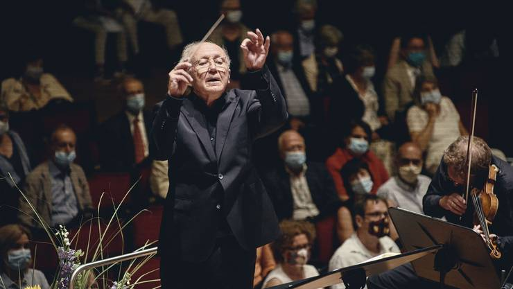 Heinz Holliger gibt dem Kammerorchester den Takt vor.