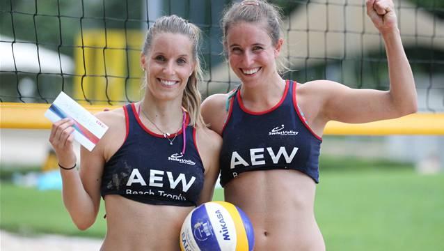 Laura Mählmann (r.) und Laura Breuss vom Zuzu Beachclub Kloten feiern ihren Sieg am AEW-Beach-Trophy-Turnier in Baden.