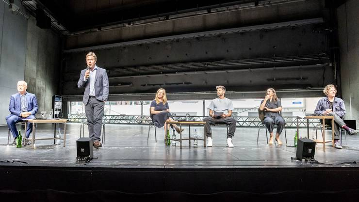 Richard Wherlock, Benedikt von Peter, Anja Dirks, Antú Romero Nunes, Inga Schonlau und Jörg Pohl stellen das Programm des Theaters Basel vor. Bild Nicole Nars-Zimmer