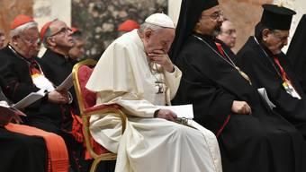 Im Bistum St. Gallen hat ein pensionierter Priester zugegeben, vor Jahrzehnten einen Minderjährigen sexuell missbraucht zu haben. Gegen ihn läuft jetzt ein kirchenrechtliches Verfahren in Rom. Im Bild Papst Franziskus anlässlich des Gipfels gegen sexuellen Missbrauch im vergangenen Februar.