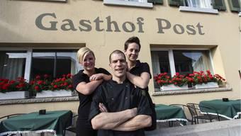 Sie führen den Gasthof Post: Oliver und Christina Zwahlen; Sabine Wyss (links) ist für den Service zuständig.