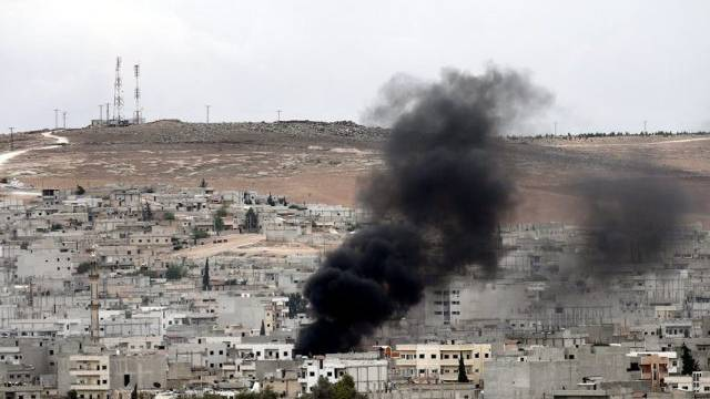Blick von der Türkei auf die umkämpfte syrische Stadt Kobane
