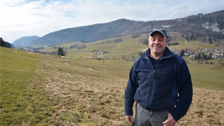 Landwirt Stefan Marti vor der Parzelle, die ihm, sofern sie in andere Hände kommt, den Zugang zu seinem dahinter liegenden Land erschweren würde.