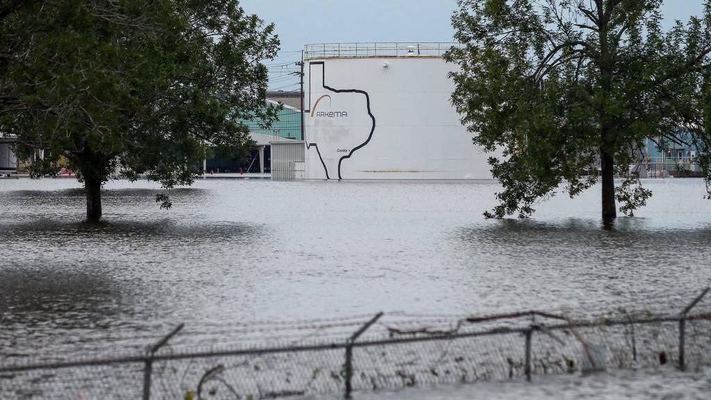 Das Chemiewerk steht wegen den Unwettern unter Wasser.