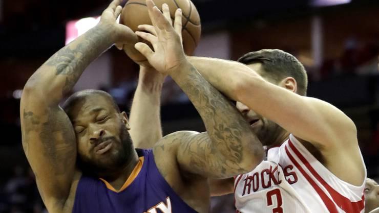 Im Kampf um den Ball: Houstons Ryan Anderson (rechts) gegen  P.J. Tucker von den Phoenix Suns