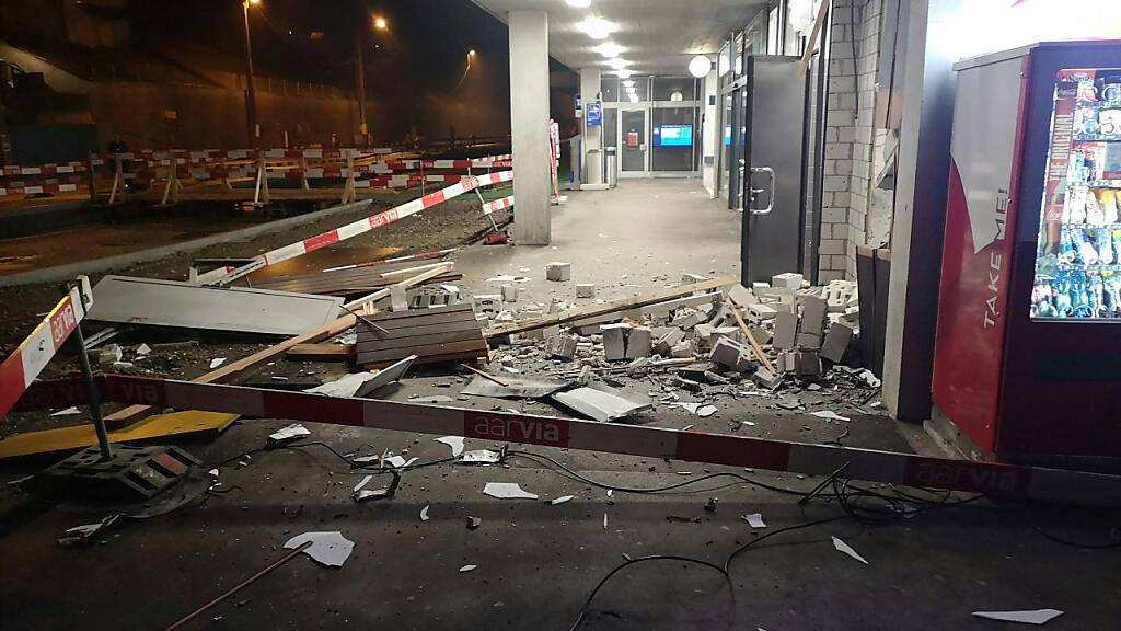 Ein Bild der Verwüstung: Nach der Sprengung des Bankomaten am Bahnhof Killwangen-Spreitenbach AG erbeuteten die Unbekannten eine grössere Menge Bargeld.