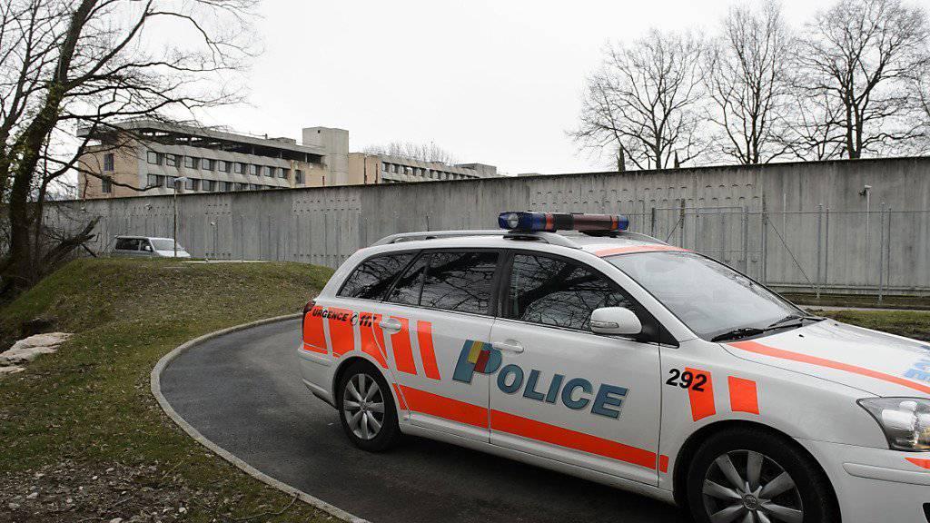 Ein Wärter der Genfer Strafanstalt Champ-Dollon wird verdächtigt, Häftlingen Mobiltelefone und Drogen verkauft zu haben. (Archivbild)