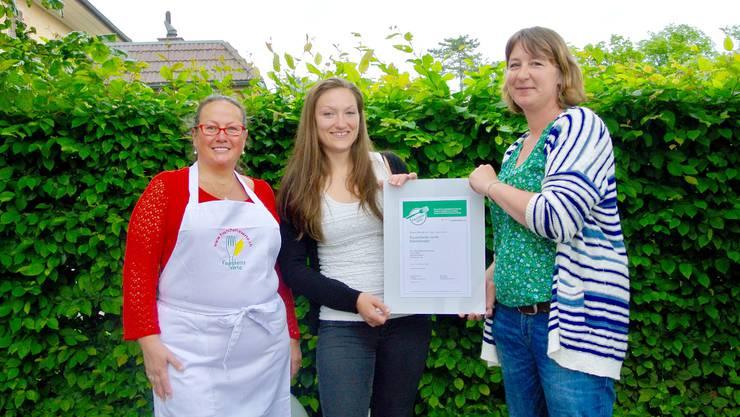 Sie freuen sich über die Zertifizierung (v. l.): Beatrice Mauro (Köchin Hexenburg), Tanja Müller (Leiterin Hexenburg) und Michelle Bur («Fourchette Verte»).