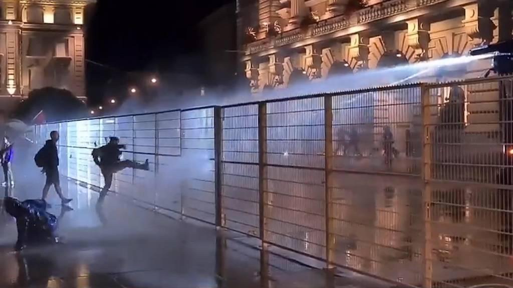 «Sturm auf das Bundeshaus»: Polizei setzt Wasserwerfer ein