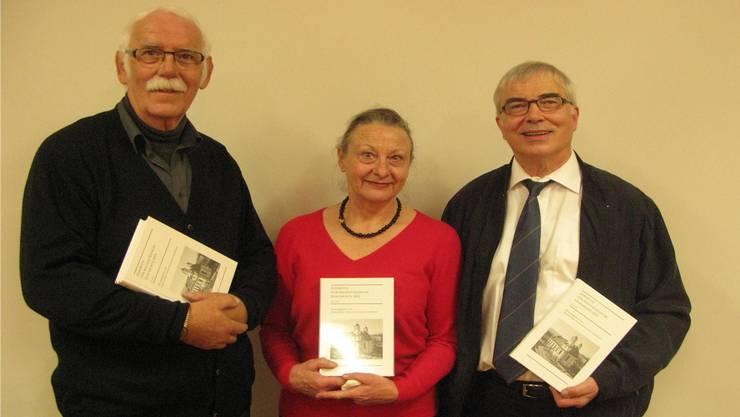 Hauptautor Martin Eduard Fischer (links), Marianna Gnägi-Vögtli, die Präsidentin des Historischen Vereins des Kantons Solothurn, und Alfred Seiler, Präsident der Redaktionskommission des Jahrbuchs.