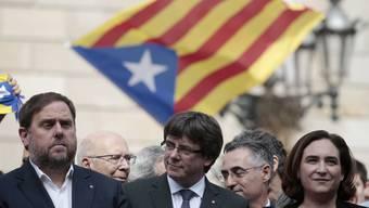 """Madrid ermahnt den katalanischen Regionalpräsidenten Carles Puigdemont (M.), er solle keinen """"Weg einschlagen, von dem es kein Zurück gibt"""""""