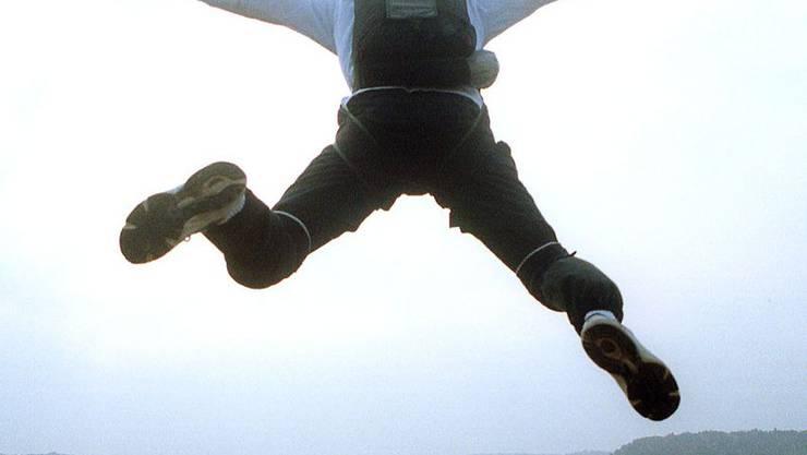 Fallschirmsspringer verletzt sich bei der Landung. (Archiv)
