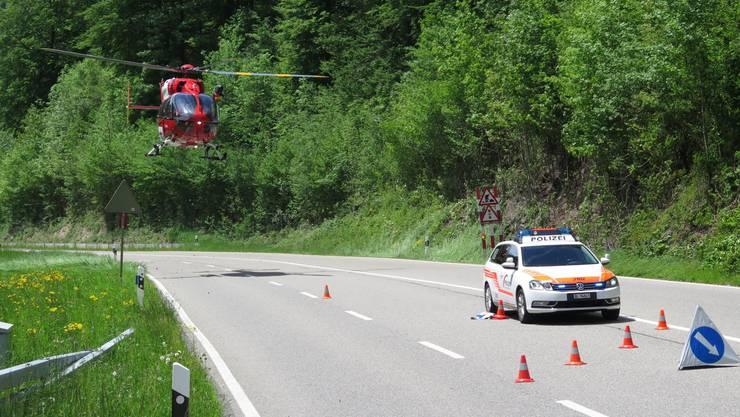 Die Rega musste den verletzten Motorradfahrer ins Spital fliegen.