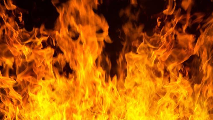 Die Feuerwehren brachten den Brand rasch unter Kontrolle. Trotzdem konnten sie nicht verhindern, dass das alte Gebäude völlig zerstört wurde. (Symbolbild)