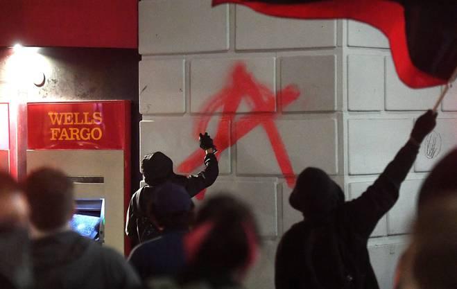 Demonstranten warfen auf dem Campusgelände Scheiben ein, setzten Holzpaletten in Brand und schleuderten Steine auf Polizisten.