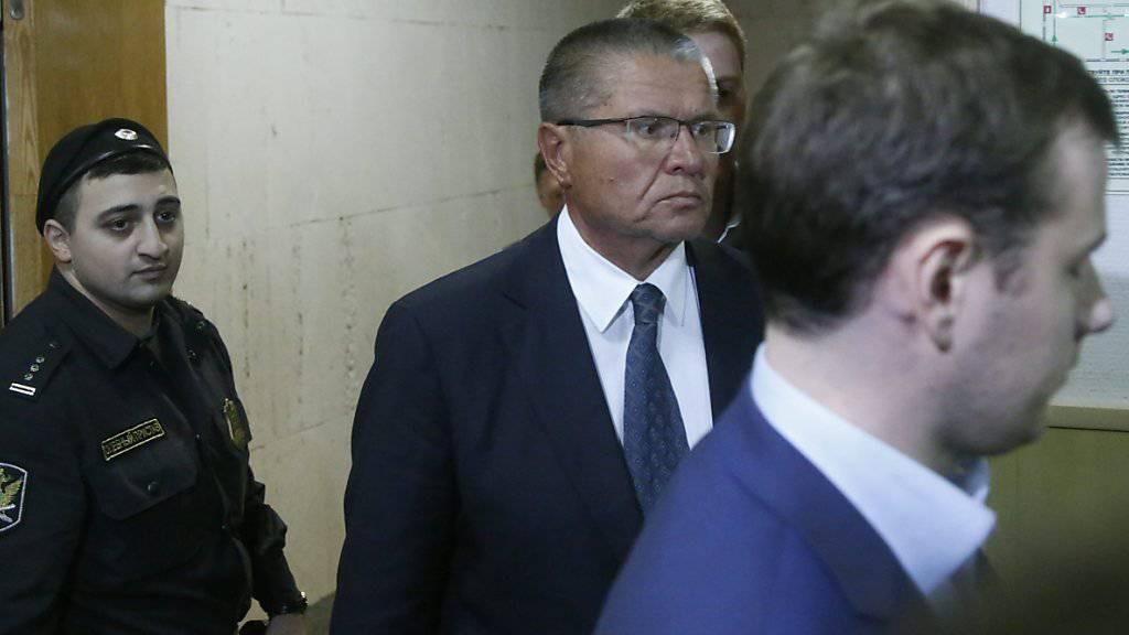 Der russische Wirtschaftsminister bei der Ankunft im Gericht in Moskau:  Alexej Uljukajew wurde wegen Korruptionsverdacht festgenommen und unter Hausarrest gestellt.