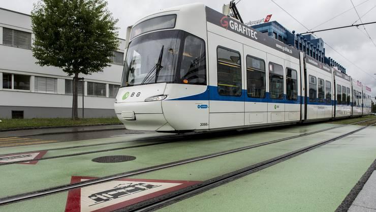 Die Glattalbahn fährt an der Kreuzung Flughofstrasse/Riethofstrasse in Glattbrugg: Schon im Jahr 2014 ging es darum, die Bahn sicherer zu machen. Dazu wurde der Einbau von Barrieren an neuralgischen Punkten beschlossen.
