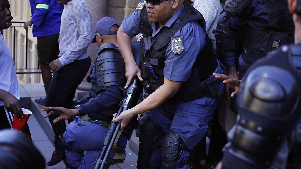 Südafrikanische Polizisten haben seit 2014 mehr als 2000 Dienstwaffen verloren. (Archiv)