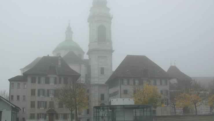Die St.Ursenkathedrale im Nebel