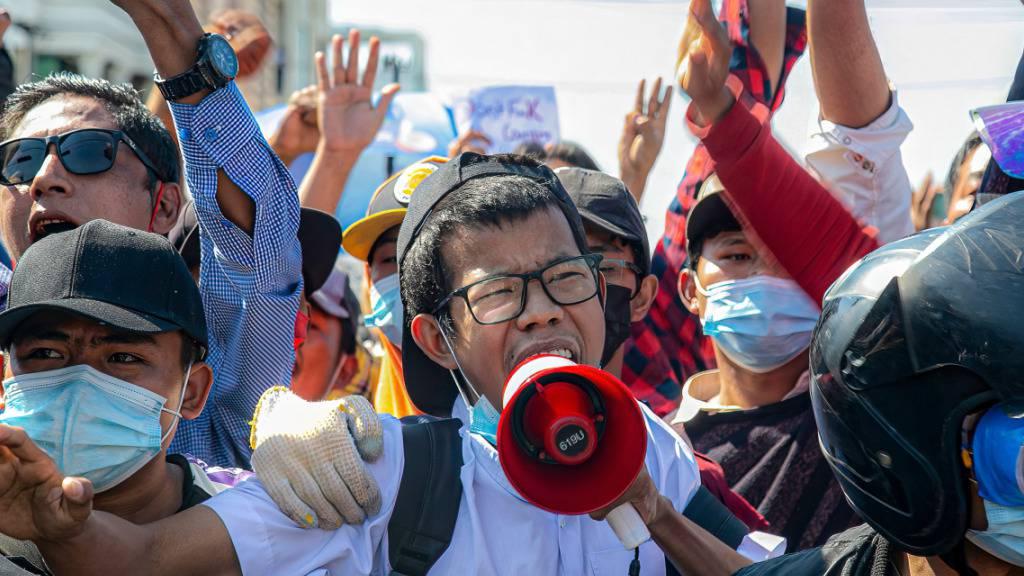 Ein Demonstrant ruft während eines Protestes gegen den Militärputsch in Myanmar Slogans durch ein Megaphon an einer Straßenkreuzung, nachdem die Polizei die Kreuzung während ihres Marsches blockiert hatte. Foto: Kaung Zaw Hein/SOPA Images via ZUMA Wire/dpa