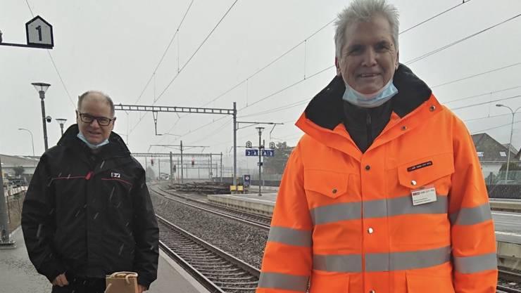 SEV-Sekretär Urs Huber (rechts) verabschiedet Markus Kaufmann (links) am Bahnhof Dulliken mit einem Geschenk.