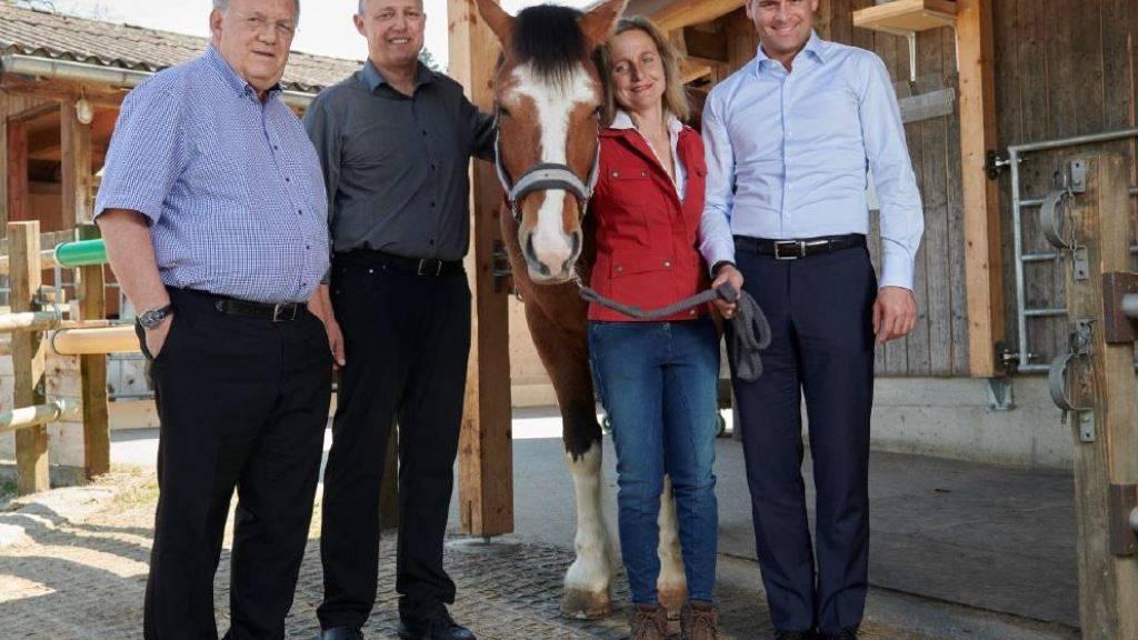 Ein neues Plätzchen für Voltéro: Alt Bundesrat Johann Schneider-Ammann (links) schenkt sein Freibergerpferd der Stiftung für Schwerbehinderte Luzern SSBL.