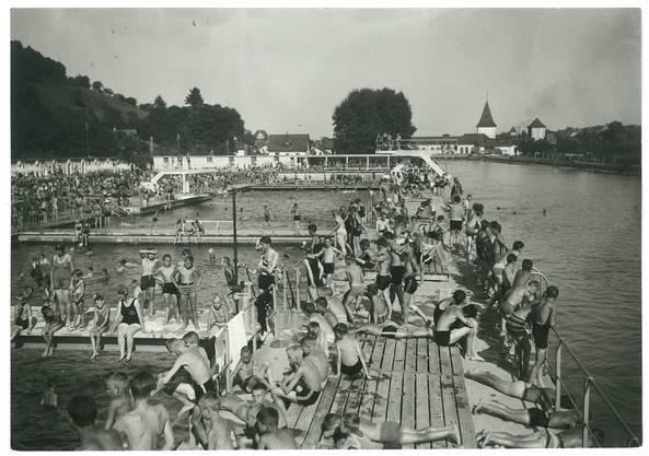 Äusserst beliebt: Am 18. August 1932 tummelte sich halb Aarau in der Aarebadi oberhalb des heutigen IBAarau-Kraftwerks. Fotosammlung Schlössli Aarau