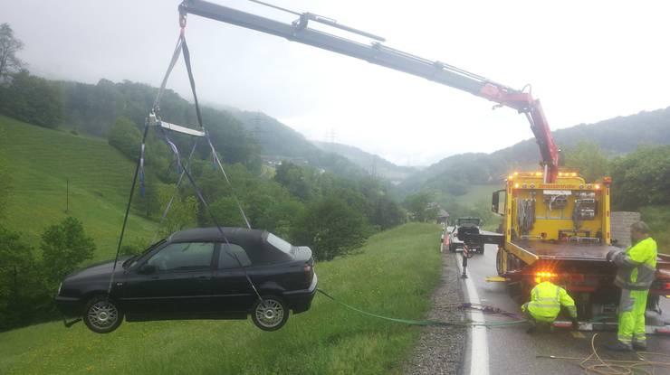 Der PKW musste mithilfe eines LKW-Krans aus dem Wiesland gehoben werden.