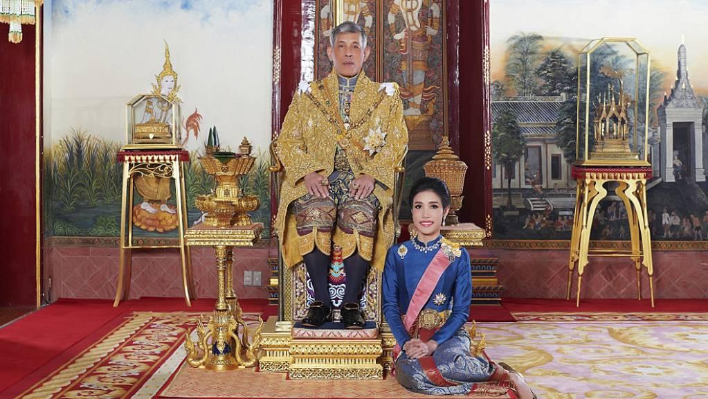 König Maha Vajiralongkorn von Thailand sitz auf seinem Thron, während neben ihm Sineenat Wongvajirapakdi kniet. Vajiralongkorn hat seiner im vergangenen Herbst verstossenen offiziellen Geliebten alle königlichen und militärischen Titel wiederverliehen.