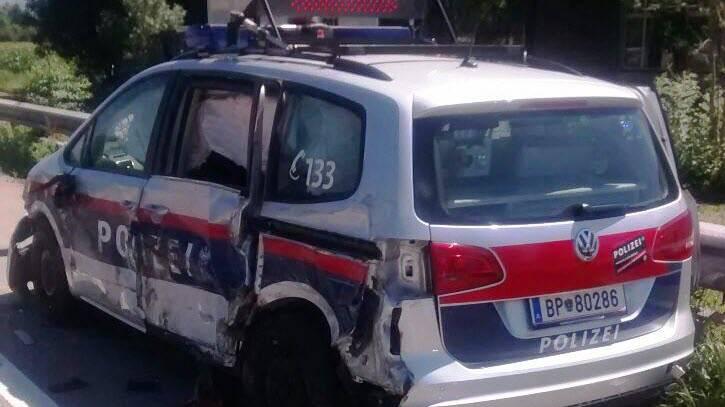 Das Polizeiauto sieht etwas mitgenommen aus - verletzt wurde niemand