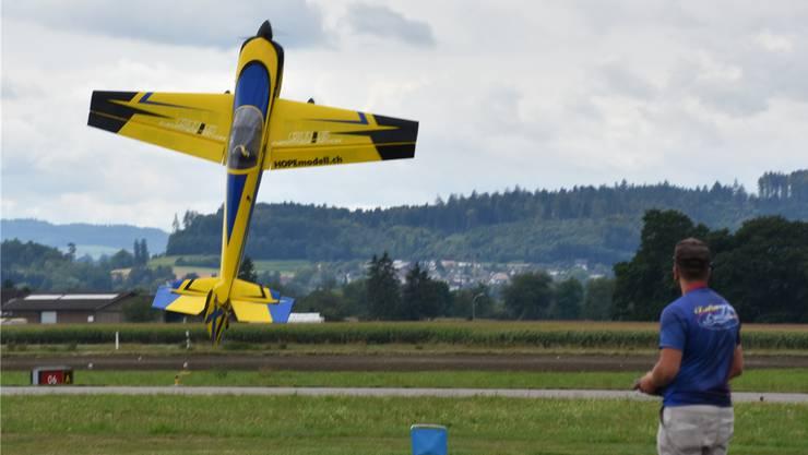Aerodynamik (fast) ausgehebelt: Sämi Kissling bei seiner genialen Akrovorführung.