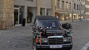 Mike Müller, hier beim Dreh des Pilotfilms im Januar, wird ab September öfters mal im schwarzen Leichenwagen durch Aarau fahren.