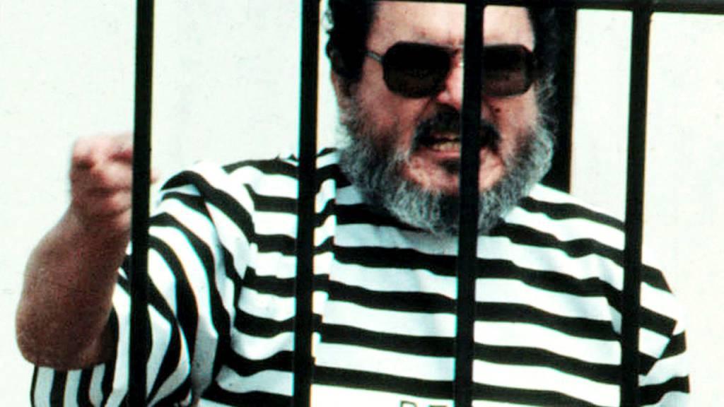 ARCHIV - Abimael Guzman, der Gründer und Anführer der Guerillabewegung Leuchtender Pfad, schreit im September 1992 nachdem er gefangen genommen wurde. Foto: Str/AP/dpa