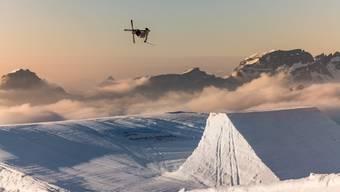 Fabian Bösch übt seine Sprünge unzählig oft, bevor er sich auf Schnee wagt. (Bild: Tino Scherer)