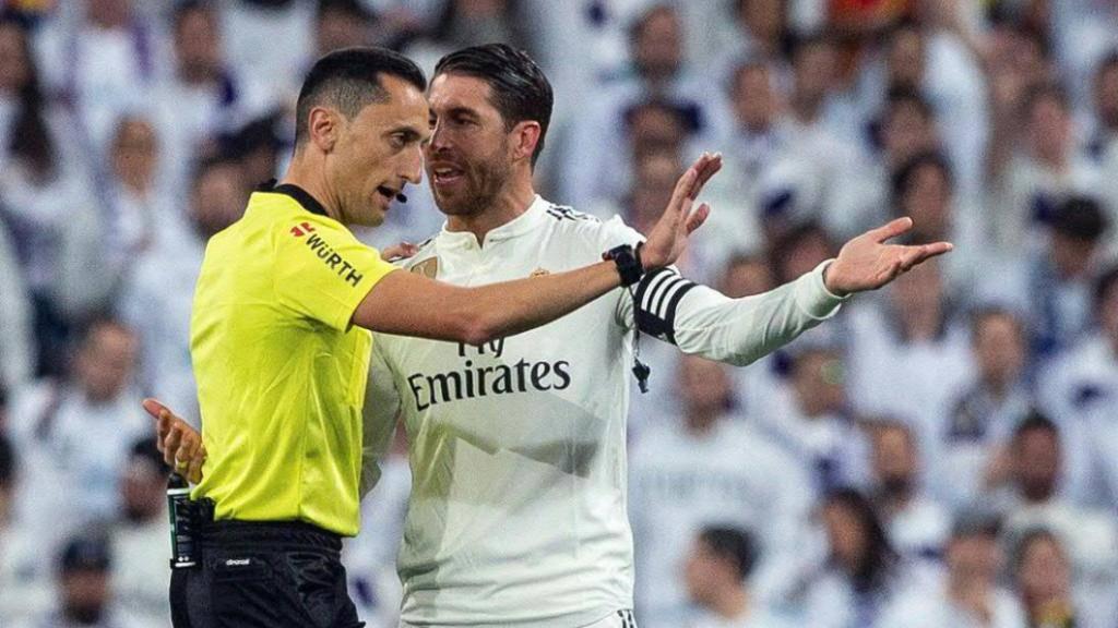 Sergio Ramos im Diskurs mit einem Referee. (Archivbild)