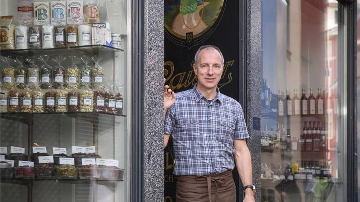 Heini Schwarzenbach vor seinem Kolonialwarenladen in der Zürcher Altstadt.