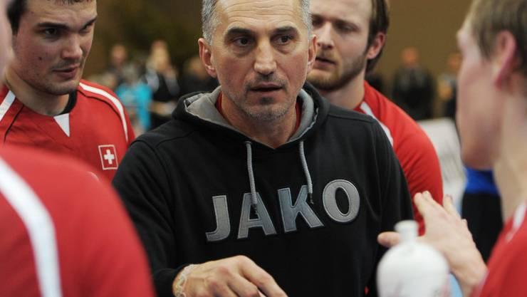 Goran Perkovac (Bildmitte) wird bald wieder in der Schweizer Nationalliga A coachen