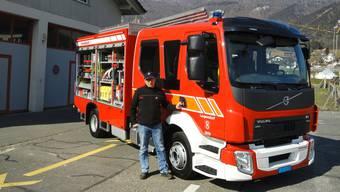 Feuerwehr-Kommandant Christian Stark präsentiert das neu angeschaffte Tanklöschfahrzeug der Feuerwehr Laupersdorf.