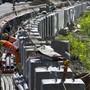 Arbeiter verlegen Rohre auf einer Autobahnbaustelle. (Archiv)