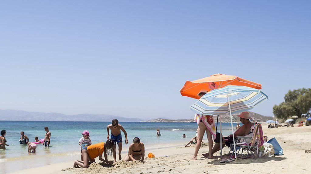 Ab an den Strand nach Griechenland: Bei den Schweizern sind Badeferien im östlichen Mittelmeer in diesem Jahr sehr beliebt. Im Bild hier ein Strand der Kykladen-Insel, Naxos. (Themenbild)