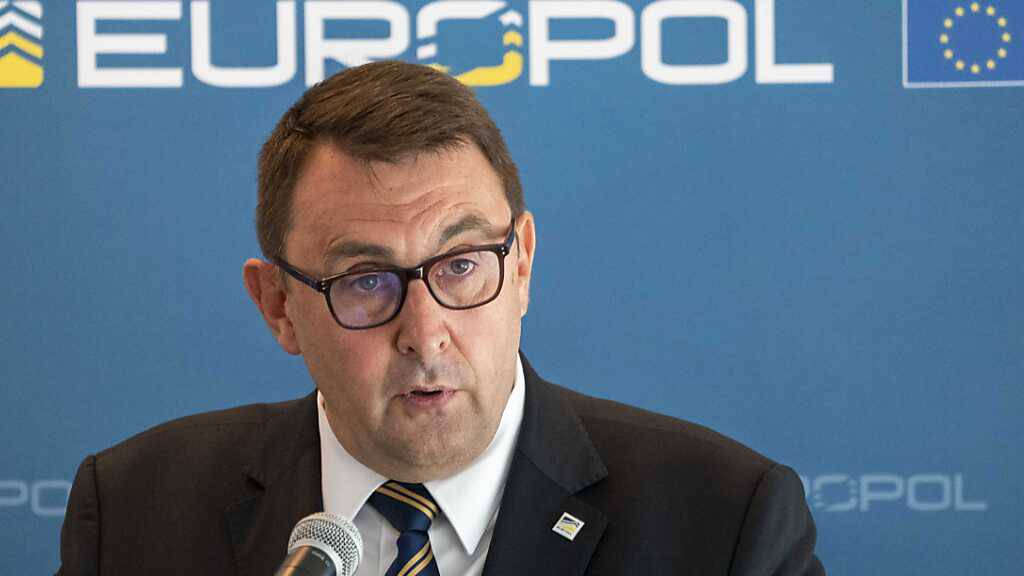 Jean-Philippe Lecouffe, stellvertretender Europol-Direktor, berichtet in Den Haag über den Einsatz gegen das Organisierte Verbrechen. Foto: Jerry Lampen/ANP/dpa