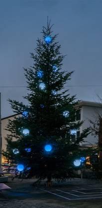 Poppig-modern mit blauen Kugeln: Der Baum inReinach ist eine Ausnahme. Peter Siegrist