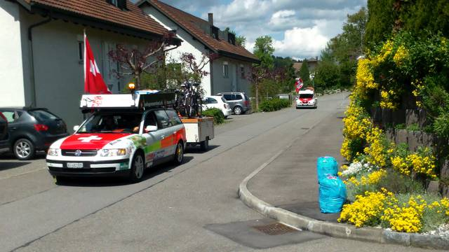 Mit Böller und Hupkonzert: Die Rallyefahrer verabschieden sich.