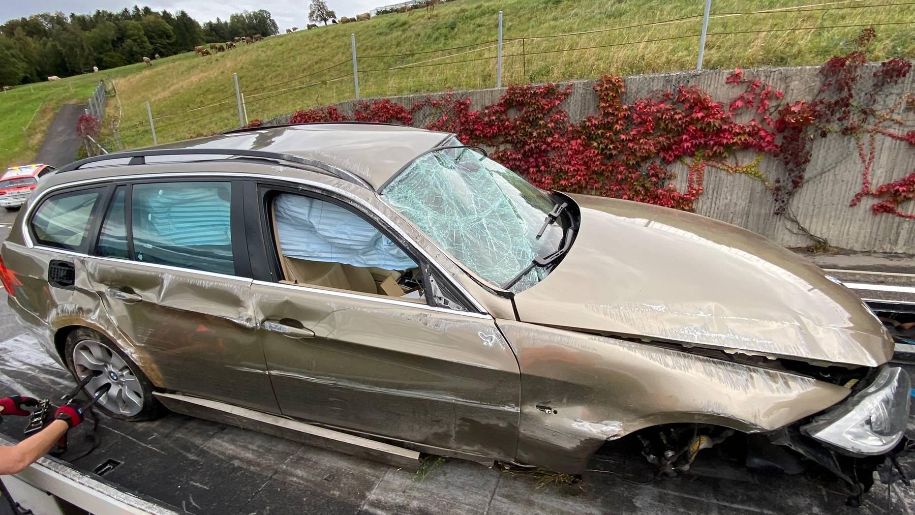 Der BMW überschlug sich und prallte in eine Mauer.