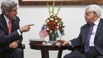 US-Aussenminister Kerry (l) im Gespräch mit Mahmud Abbas